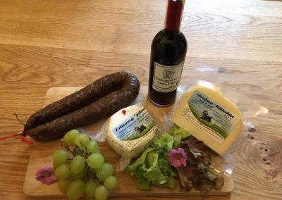 Brettchen mit Wurst, Käse, Weintrauben und Nuss-Likör